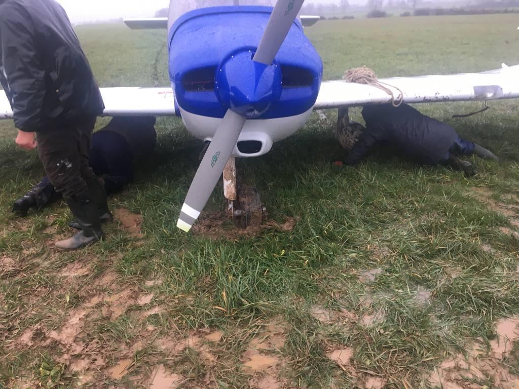 Couché dans la boue pour retirer les carénages de roues