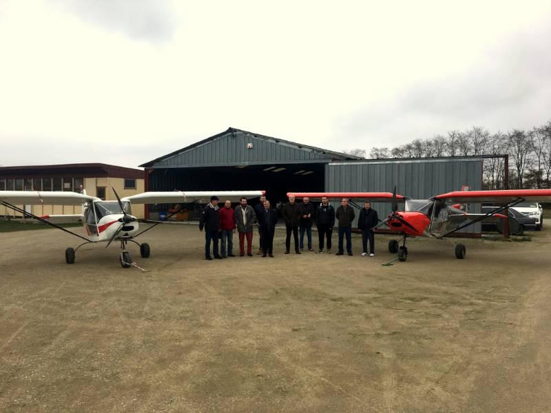 Membres de l'aero-club devant les deux G1