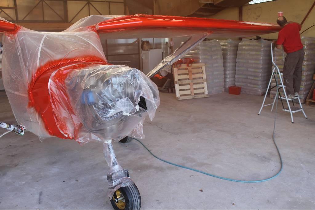 Pierrot termine de peindre l'aile